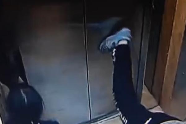 熊孩子猛蹬电梯门,家长却认为是错不