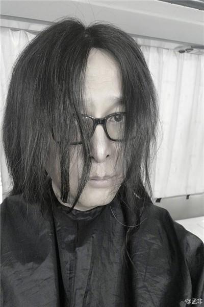 孟非晒长发照引网友惊叹:还以为是黄磊