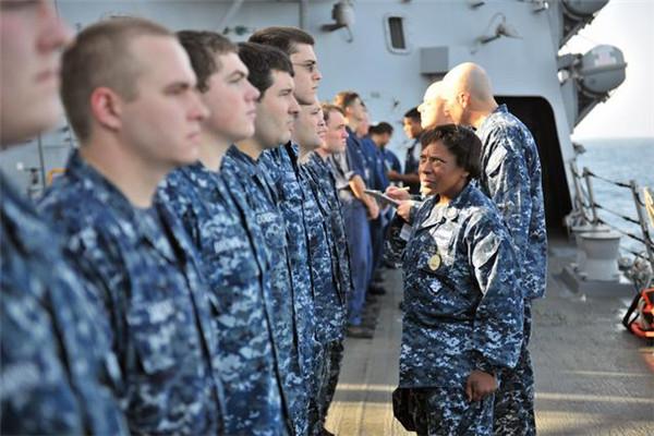 美海军将大规模更换制服传统蓝将变
