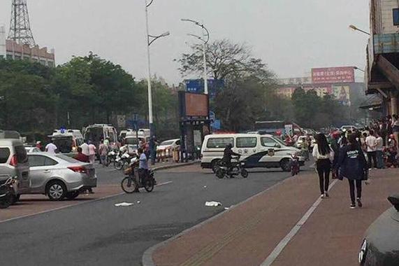 广东汽车撞公交站,造成2死4伤严重事
