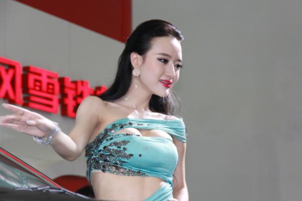 性感车模吴雨婵透视装亮相,吴雨婵