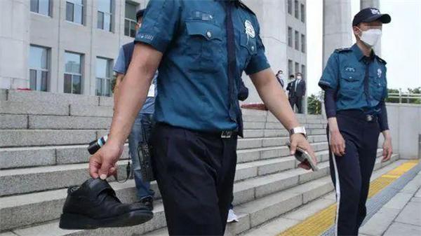 韩国总统文在寅被扔鞋,男子大呼其为虚假和平者